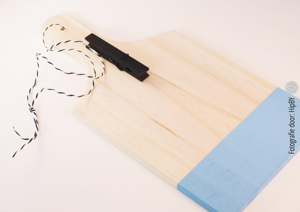 Knijper op het plankje gelijmd en het touwtje vastgemaakt
